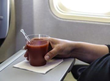 Hast du gewusst, warum Tomatensaft im Flugzeug besser schmeckt
