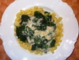 Nudeln mit Blattspinat und Gorgonzola
