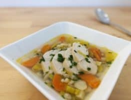 Wärmender Suppeneintopf mit Getreide und Huhn
